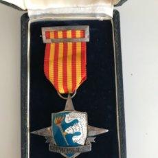 Militaria: CONJUNTO DE MEDALLA Y PIN SERVÍOS AL SEM - SEU - FALANGE - SERVICIÓ ESPAÑOL MAGISTERIO -ÉPOCA FRANCO. Lote 194189105