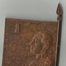 Militaria: EMBLEMA DE ALFONSO XIII ENTREGA DE ESTANDARTE 1921. ANNUAL. Lote 194334925