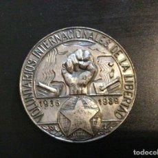 Militaria: MEDALLA DE MANO BRIGADAS INTERNACIONALES VOLUNTARIOS LIBERTAD GUERRA CIVIL. Lote 194530442