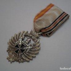 Militaria: MEDALLA VOLUNTARIOS DIVISION AZUL, MODELO SIN RECORTAR AÑOS 50-60. CON SU CINTA ORIGINAL. Lote 194693175