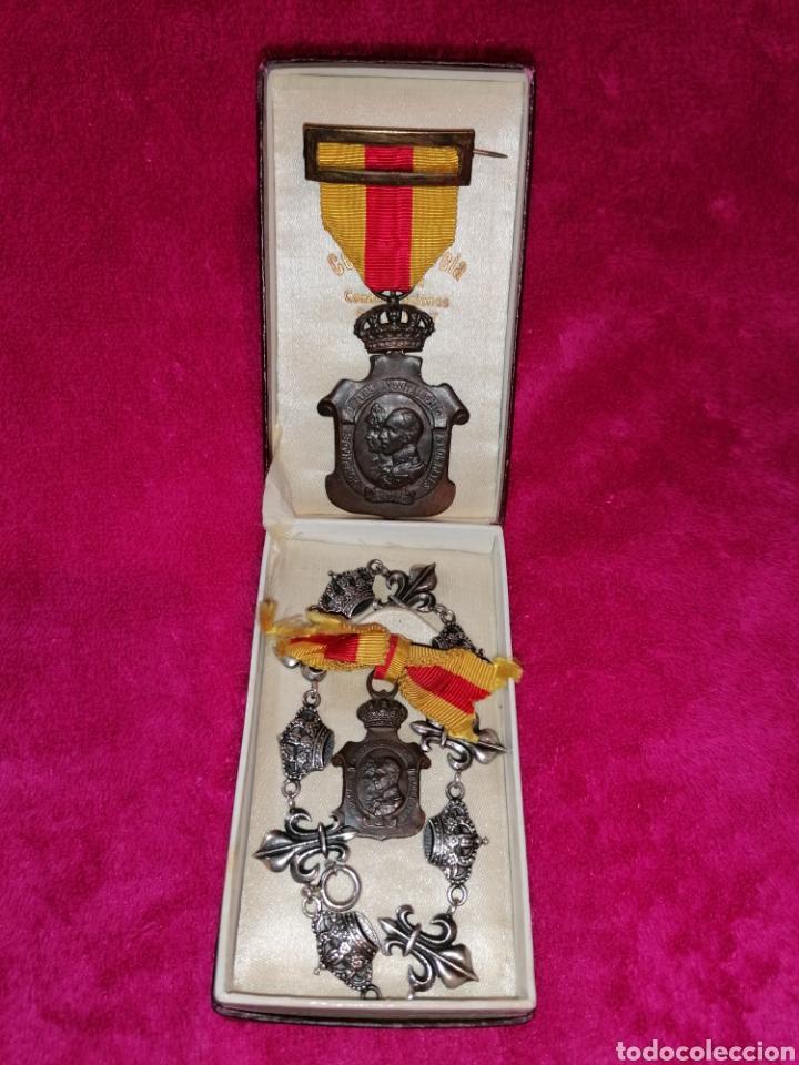 MEDALLAS HOMENAJE DE LOS AYUNTAMIENTOS A LOS REYES Y PULSERA DE PLATA (Militar - Medallas Españolas Originales )