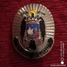 Militaria: PLACA DE PECHO DE POLICÍA MUNICIPAL DE SANTANDER CON AGUILA SAN JUAN INSIGNIA ESMALTADA. Lote 196545273