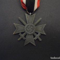 Militaria: CRUZ AL MERITO DE GUERRA CON ESPADAS 2ª CLASE. III REICH. MARCAJE CENTRAL ?? AÑOS 1939-45.. Lote 199042032