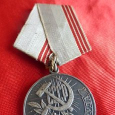Militaria: MEDALLA ORIGINAL SOVIÉTICA AL TRABAJADOR VETERANO. CCCP BETEPAH TPYA. AÑOS 70 . SOVIET . Lote 200896263