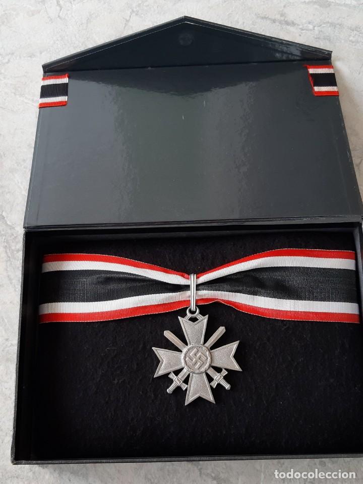 CAJA CONMEMORATIVA MEDALLA ALEMANA CRUZ DE CABALLERO RITTERKREUZ KRIEGSVERDIENSTKREUZ KVK III REICH. (Militar - Reproducciones y Réplicas de Medallas )
