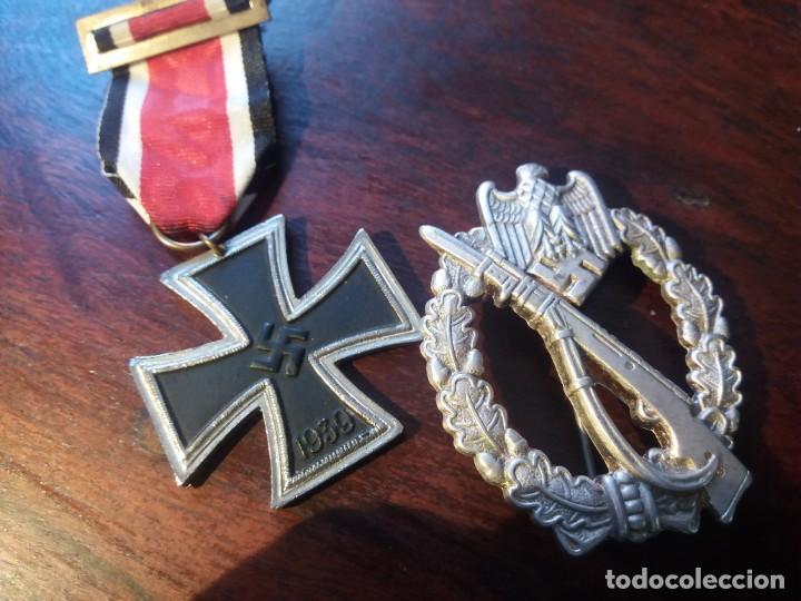 CRUZ DE HIERRO DE SEGUNDA CLASE FABRICACIÓN ESPAÑOLA Y EMBLEMA DE COMBATE DE INFANTERÍA (Militar - Reproducciones y Réplicas de Medallas )