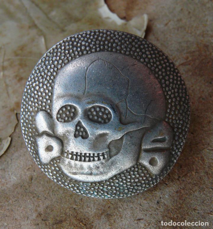 INSIGNIA DE DE WAFFEN SS PARA GORRA. TERCER REICH (Militar - Reproducciones y Réplicas de Medallas )
