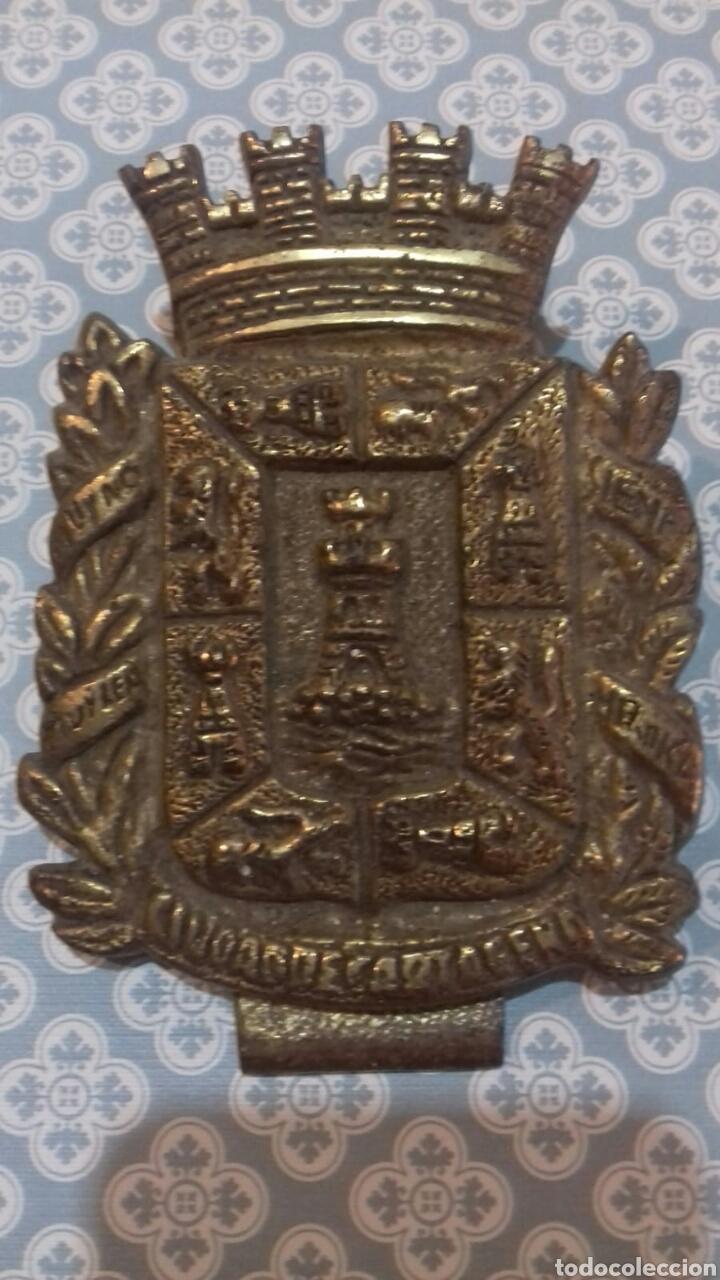 IMPRESIONANTE ESCUDO CIUDAD DE CARTAGENA DE BRONCE CON PINZA PESA BASTANTE SIGLOXIX (Militar - Medallas Españolas Originales )