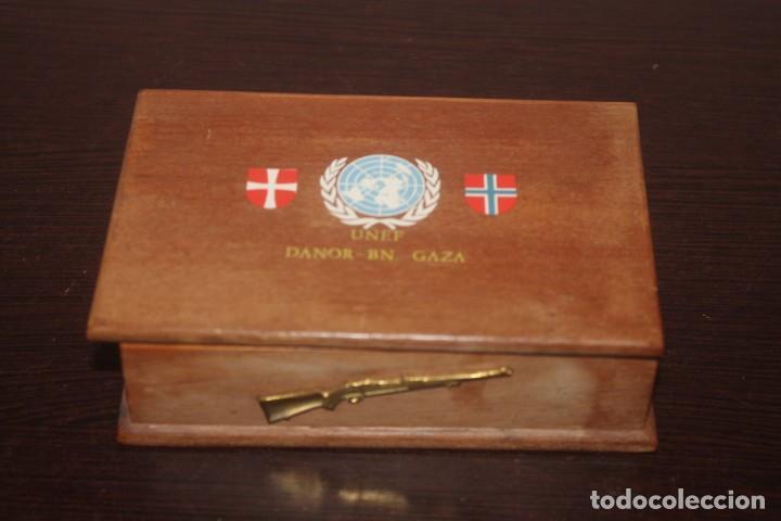 LOTE DE UNA CAJA UNEF DANOR-BN GAZA CON 2 FOTOS 1 MEDALLA 1 PLACA 1 CAJA DE CERILLA DE PIEL (Militar - Medallas Extranjeras Originales)