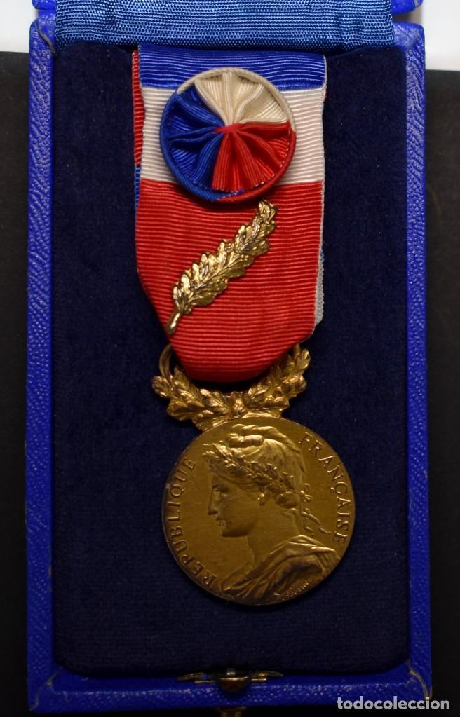 MEDALLA DE PLATA MACIZA. AL HONOR DEL MINISTERIO DE TRABAJO DE FRANCIA.OTORGADA EN EL AÑO 1983. (Militar - Medallas Internacionales Originales)