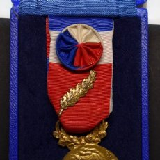 Militaria: MEDALLA DE PLATA MACIZA. AL HONOR DEL MINISTERIO DE TRABAJO DE FRANCIA.OTORGADA EN EL AÑO 1983.. Lote 206984291