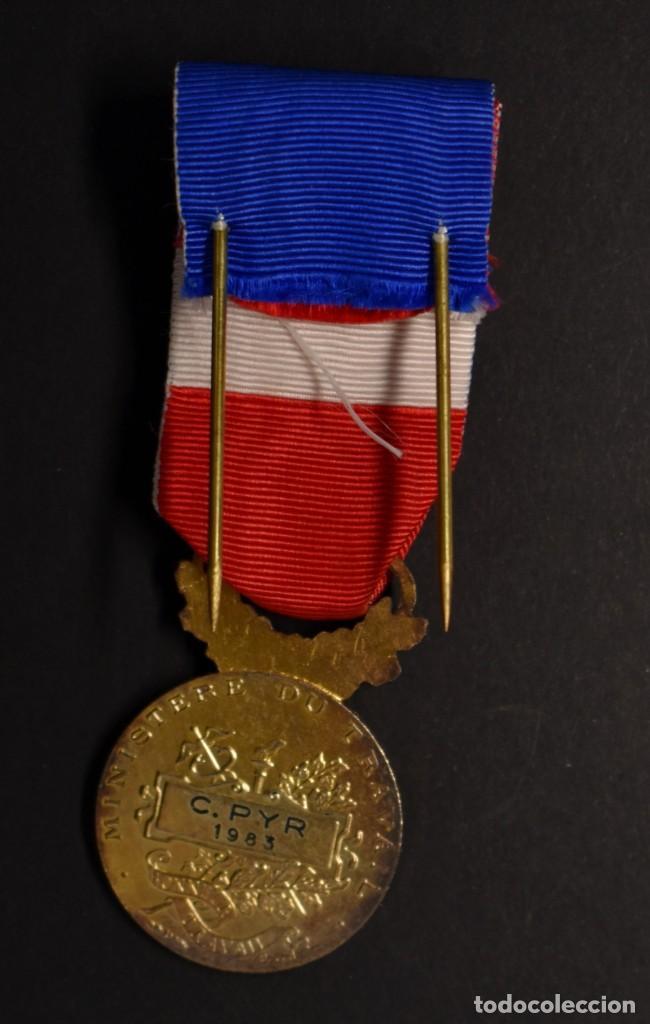 Militaria: MEDALLA DE PLATA MACIZA. AL HONOR DEL MINISTERIO DE TRABAJO DE FRANCIA.OTORGADA EN EL AÑO 1983. - Foto 3 - 206984291