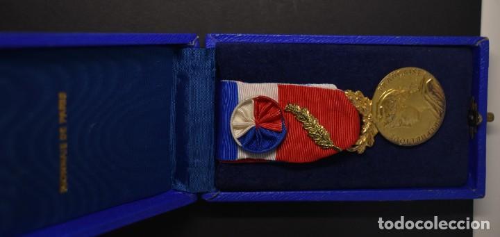 Militaria: MEDALLA DE PLATA MACIZA. AL HONOR DEL MINISTERIO DE TRABAJO DE FRANCIA.OTORGADA EN EL AÑO 1983. - Foto 4 - 206984291