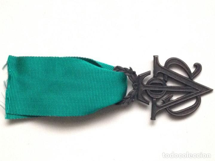 Militaria: Medalla Víctor del SEU. 2ª Clase de Bronce. 1952-1973. España. General Franco. Al mérito Deportivo. - Foto 3 - 208401036