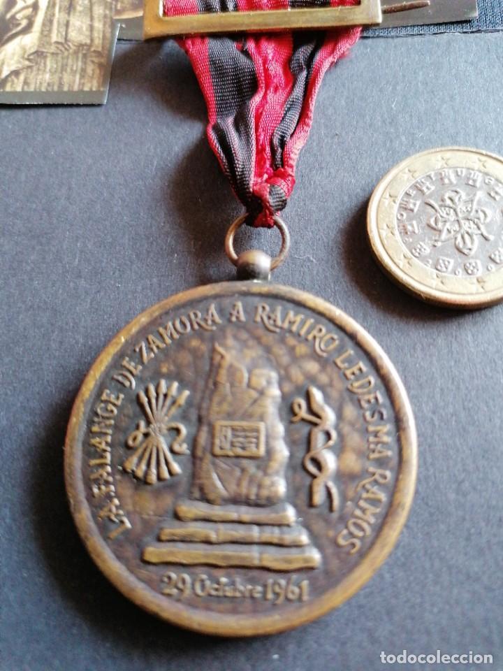 Militaria: Medalla de homenaje a Ramiro Ledesma Ramos de Falange - Foto 2 - 209318546