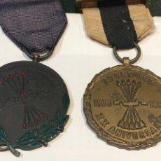 Militaria: PAREJA MEDALLAS FALANGE INASEQUIBLE AL DESALIENTO Y XX ANIVERSARIO 1933-1953. Lote 210530410