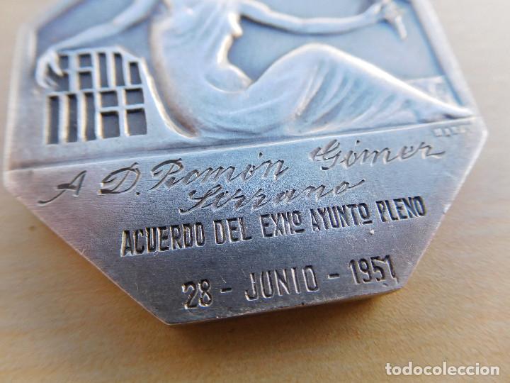 Militaria: Medalla de plata Barcelona a quienes se alzaron en armas contra la república. Guerra civil. Mares. - Foto 4 - 217697373