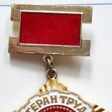 Militaria: INSIGNIA SOVIETICA AL TRABAJADOR VETERANO .URSS. Lote 218392936