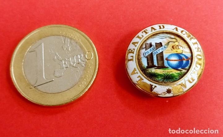 BOTÓN MEDALLA MILITAR ANTIGUA A LA LIBERTAD ACRUSOLADA. ISABEL LA CATÓLICA (Militar - Medallas Españolas Originales )