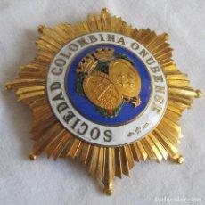 Militaria: GRAN PLACA MEDALLA SOCIEDAD COLOMBINA ONUBENSE, METAL DORADO Y LACADOS, 8,5 X 8,5 CM. Lote 222706426