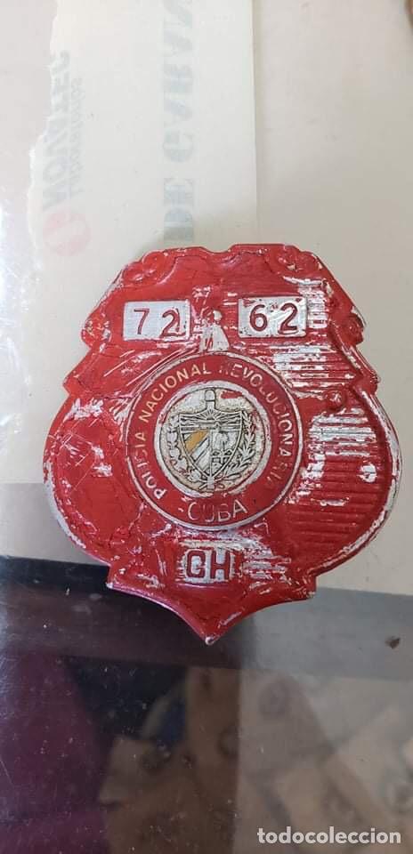 PLACA POLICIA CUBA ROJA ANTIGUA (Militar - Medallas Internacionales Originales)