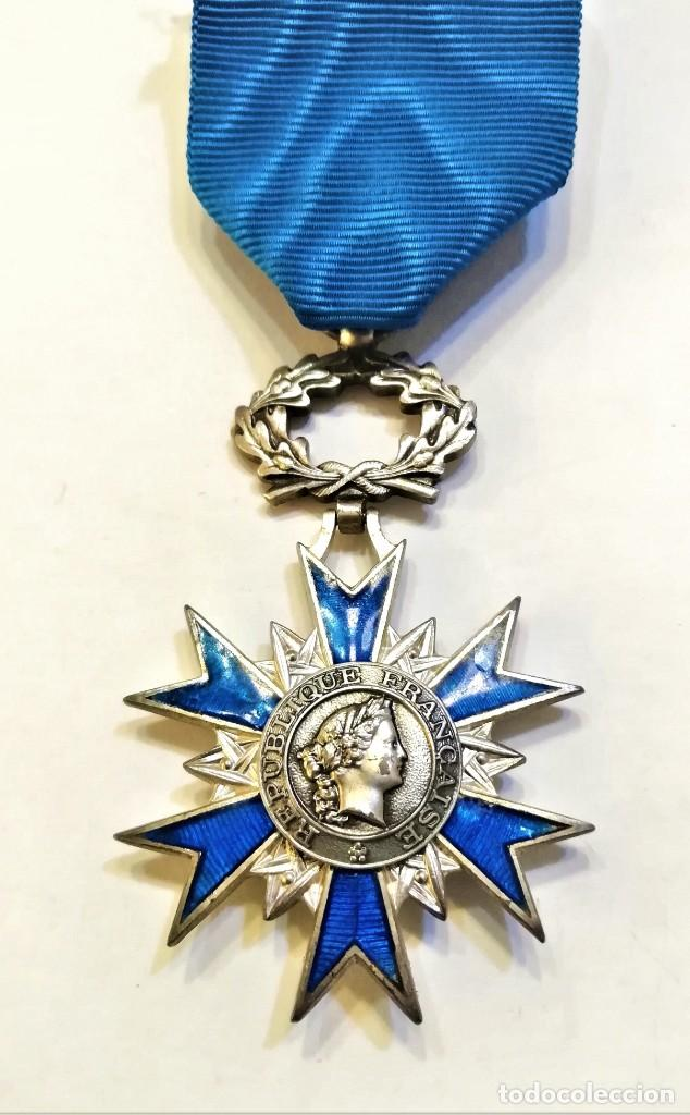 FRANCIA-ORDEN NACIONAL DE MERITO-CRUZ DE CABALLERO EN PLATA Y ESMALTES, CON SU CINTA ORIGINAL (Militar - Medallas Extranjeras Originales)