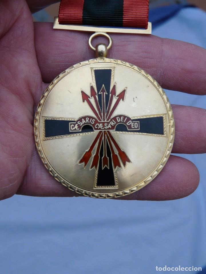 MEDALLA ORDEN IMPERIAL DEL YUGO Y FLECHA - PLATA DORADA (Militar - Medallas Españolas Originales )