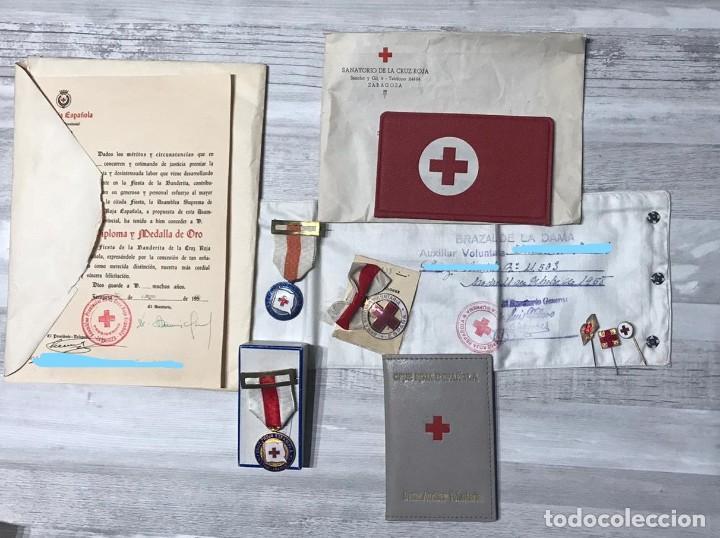 Militaria: LOTE DE LA CRUZ ROJA - AÑOS 50 ORIGINAL - CONDECORACIONES - CARNET - BRAZALETE - Foto 2 - 220529308