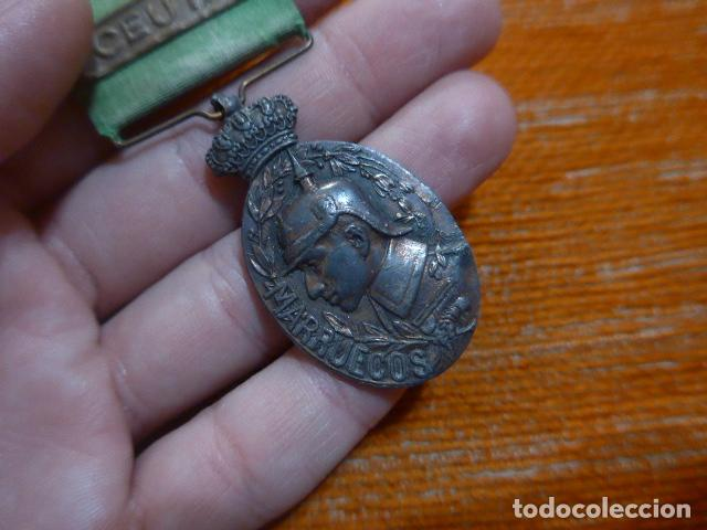 Militaria: Antigua medalla de marruecos con pasador Ceuta. Original, guerra de africa. - Foto 2 - 234808100