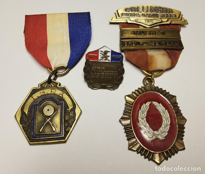2 MEDALLAS Y UNA INSIGNIA DE COMPETICIONES DE TIRO ESTADOS UNIDOS. ORIGINALES (Militar - Medallas Internacionales Originales)