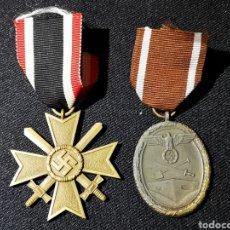 Militaria: LOTE DE DOS MEDALLA ALEMANAS, CRUZ CON ESPADAS Y MURO ATLANTICO. Lote 240059165