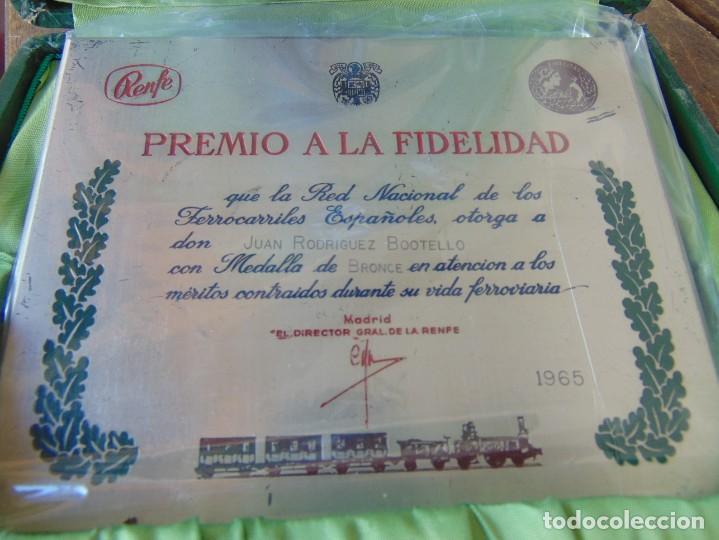 Militaria: MEDALLA, PLACA Y CAJA CATEGORÍA BRONCE AÑO 1965 RENFE RED NACIONAL DE FERROCARRILES ESPAÑOLES - Foto 2 - 252980945