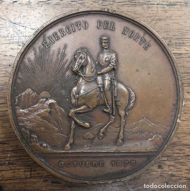 Militaria: MEDALLA CARLISTA AL EJERCITO DEL NORTE. OCTUBRE 1878. ALTO RELIEVE. BRONCE. EN ESTUCHE - Foto 2 - 257610405