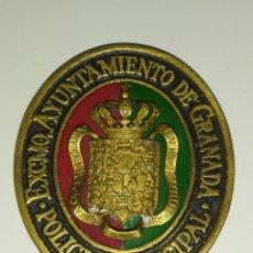 Militaria: PLACA INSIGNIA ESMALTADA DE PECHO DE POLICIA MUNICIPAL AYUNTAMIENTO DE GRANADA MEDIDAS 68 X 58 MM. Lote 258925145