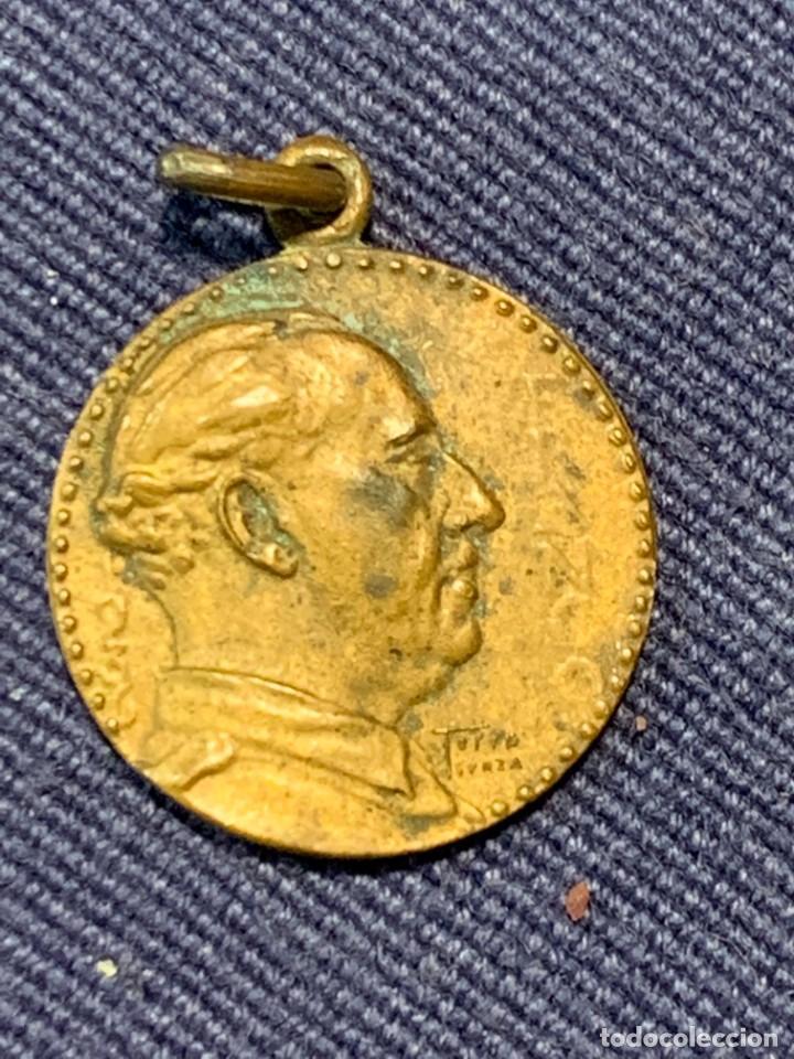 ANTIGUA RARA MEDALLA DE FRANCO ESPAÑA UNA GRANDE LIBRE GUERRA CIVIL TORRE SUNZA 17MM (Militar - Medallas Españolas Originales )