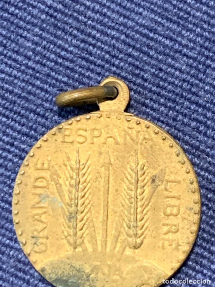 ANTIGUA RARA MEDALLA DE FRANCO ESPAÑA UNA GRANDE LIBRE GUERRA CIVIL ORIGINAL TORRE SUNZA 17MM (Militar - Medallas Españolas Originales )