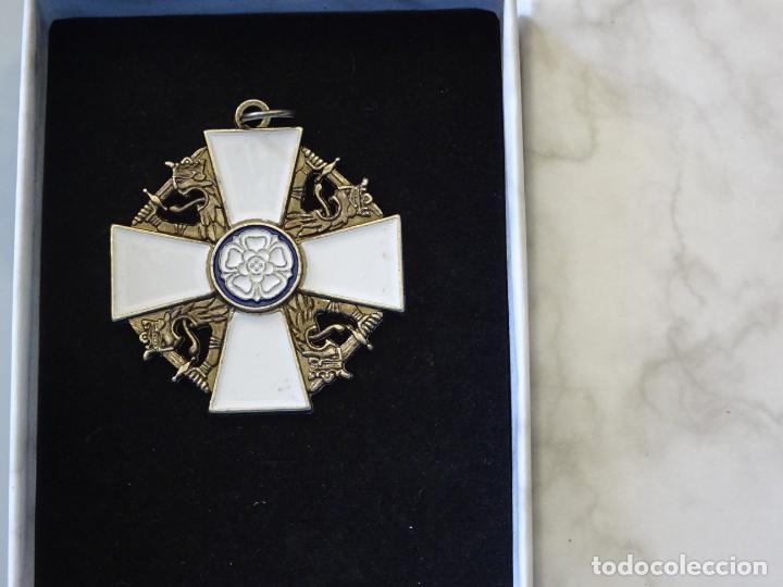 MEDALLA MILITAR. REPRODUCCIÓN. FINLANDIA. ORDEN DE LA ROSA BLANCA. CON CAJA (Militar - Reproducciones y Réplicas de Medallas )