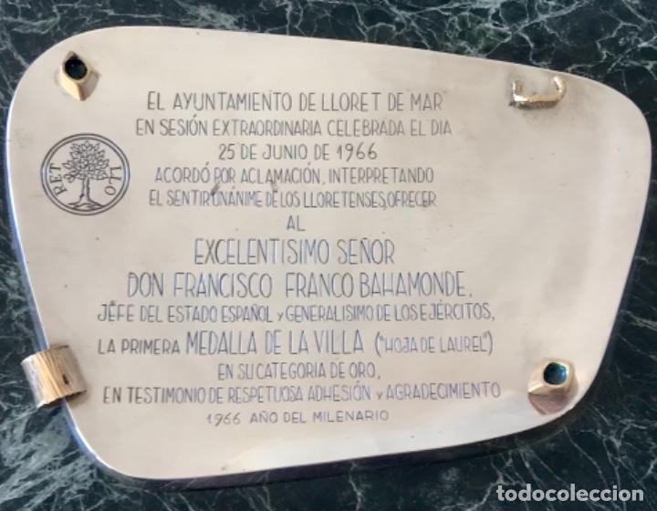 EL AYUNT. DE LLORET DE MAR. 1A MEDALLA ~HOJA LAUREL~CAT. ORO~ OTORGA A FCO.FRANCO. PLATA Y ORO 1966 (Militar - Medallas Españolas Originales )