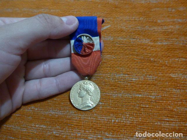 ANTIGUA MEDALLA FRANCESA AL MERITO AL TRABAJO, OTORGADA Y ESCRITA EN 1958, ORIGINAL, FRANCIA. (Militar - Medallas Internacionales Originales)
