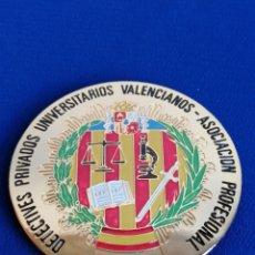 Militaria: PLACA DETECTIVES PRIVADOS UNIVERSITARIOS VALENCIANOS ASOCIACIÓN PROFESIONAL (COLOR DORADO). Lote 287747473