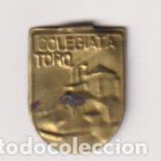 Militaria: EMBLEMA METÁLICO AUXILIO SOCIAL. COLEGIATA TORO. CON PESTAÑA. Lote 295658198