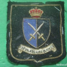 Militaria: RARISIMO EMBLEMA DE PECHO DE LOS CABALLEROS CON ESPADAS, COSIDA EN HILO DE BRONCE Y CORONA SUPERIOR. Lote 78220925