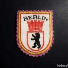 Militaria: ANTIGUO ESCUDO DE TELA O PARCHE AÑOS 70 DE ,BERLIN ESTE,ALEMANIA ORIENTAL,DDR,ALEMANIA COMUNISTA. Lote 95751971