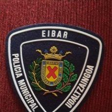 Militaria: PARCHE POLICIA LOCAL MUNICIPAL EIBAR. EMBLEMA, ESCUDO POLICIAL. Lote 173097893