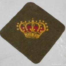 Militaria: PARCHE DE TELA CON CORONA BORDADA EN AMARILLO Y ROJO, MIDE 10 X 10 CMS.. Lote 175741180