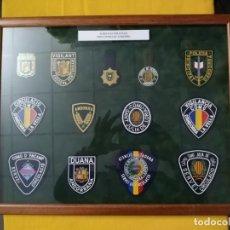 Militaria: VITRINA PARED, CUADRO CRISTAL CON EMBLEMAS PARCHES TELA POLICIA Y PLACA INSIGNIA ANDORRA. DISTINTIVO. Lote 183478178
