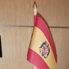 Militaria: BANDERITA SOBREMESA ESPAÑA 15X10, EN FAYA ESCUDO AGUILA ESTAMPADO .CON PALITO Y PEANA. Lote 221753685