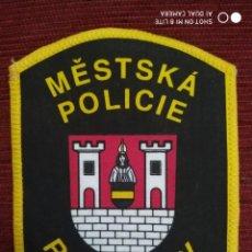 Militaria: DISTINTIVO POLICIA LOCAL MUNICIPAL EMBLEMA ESCUDO DISTINTIVO POLICIAL ROKYNANY REPUBLICA CHECA. Lote 196664453