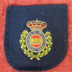 Militaria: INSIGNIA DE LA FEDERACION NACIONAL DE TIRO OLIMPICO ESPAÑOL. TELA BORDADA. SIGLO XX. . Lote 196964718