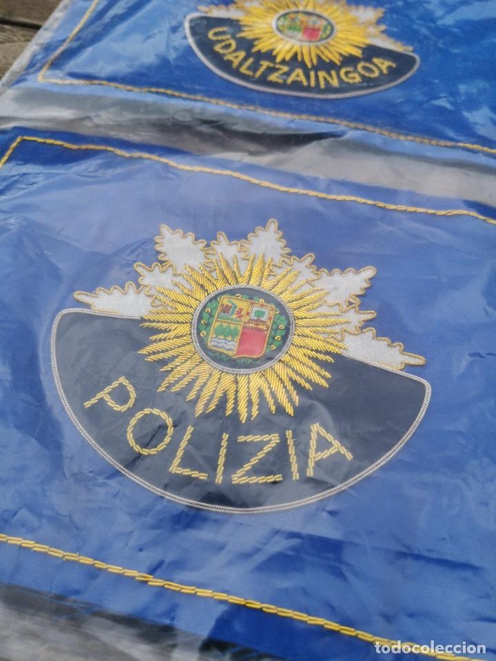 Militaria: Dos banderas de sobremesa de Policía Municipal Vasca (Eguzkilore) bordado metálico - Foto 2 - 220891342